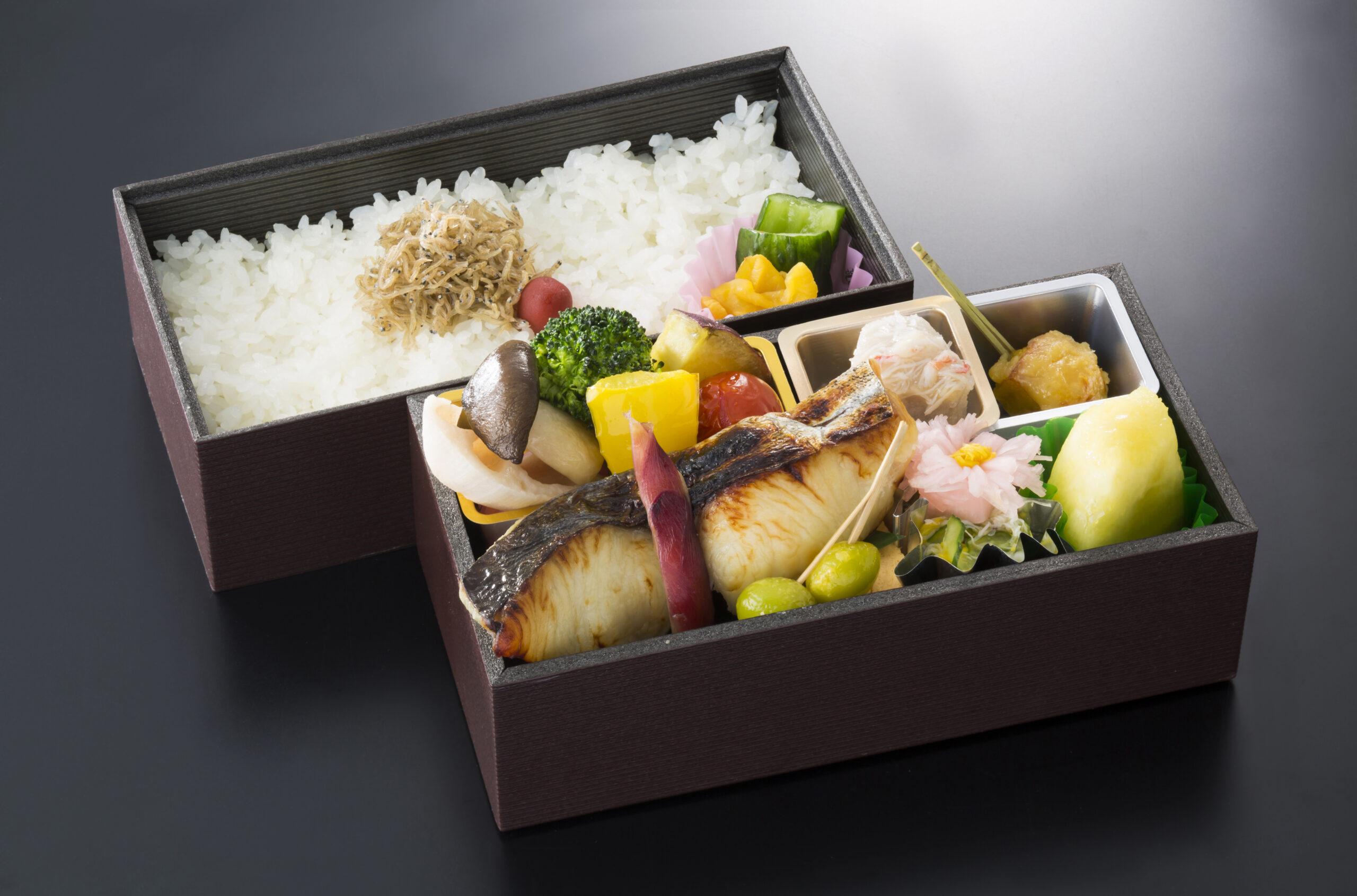 【焼魚弁当】2,160円/炊込ご飯 2,700円<p>ふっくらと焼き上げた季節の焼魚と旬の品々を詰めた御弁当です。 焼魚は、仕入状況により日替わりとなります。</p>