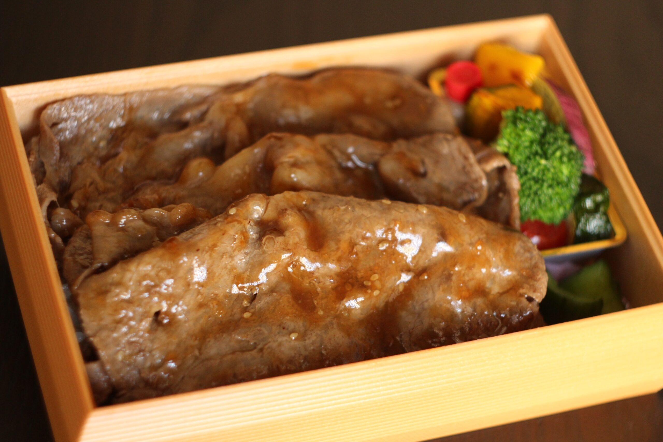 【霧降高原牛薄切りステーキ弁当】2,700円<p>霧降高原牛の薄切りステーキと 旬のお野菜の御弁当です。</p>
