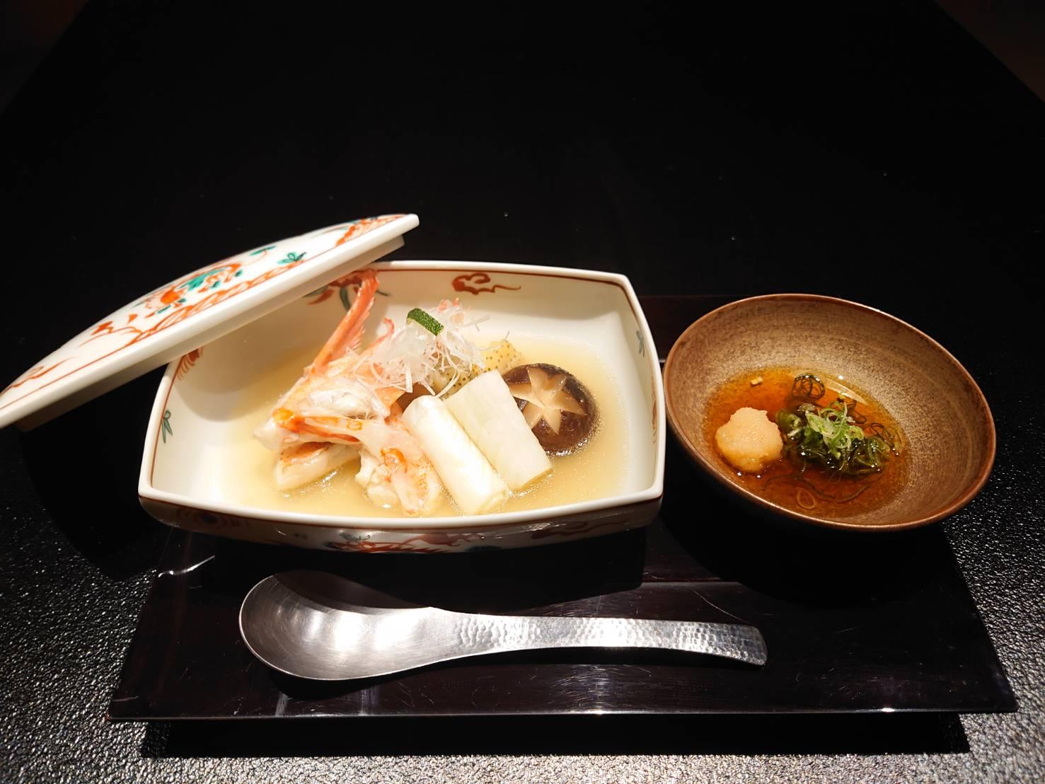 【日本料理 みつわ】季節のお椀<p>季節の魚介を楽しむお椀。 今回は、網走産きんきの酒蒸しでございます。 ふわりとした京賀茂茄子と、 甘みたっぷりの千寿葱と共にいただく やさしい味わいのお椀でございます。</p>