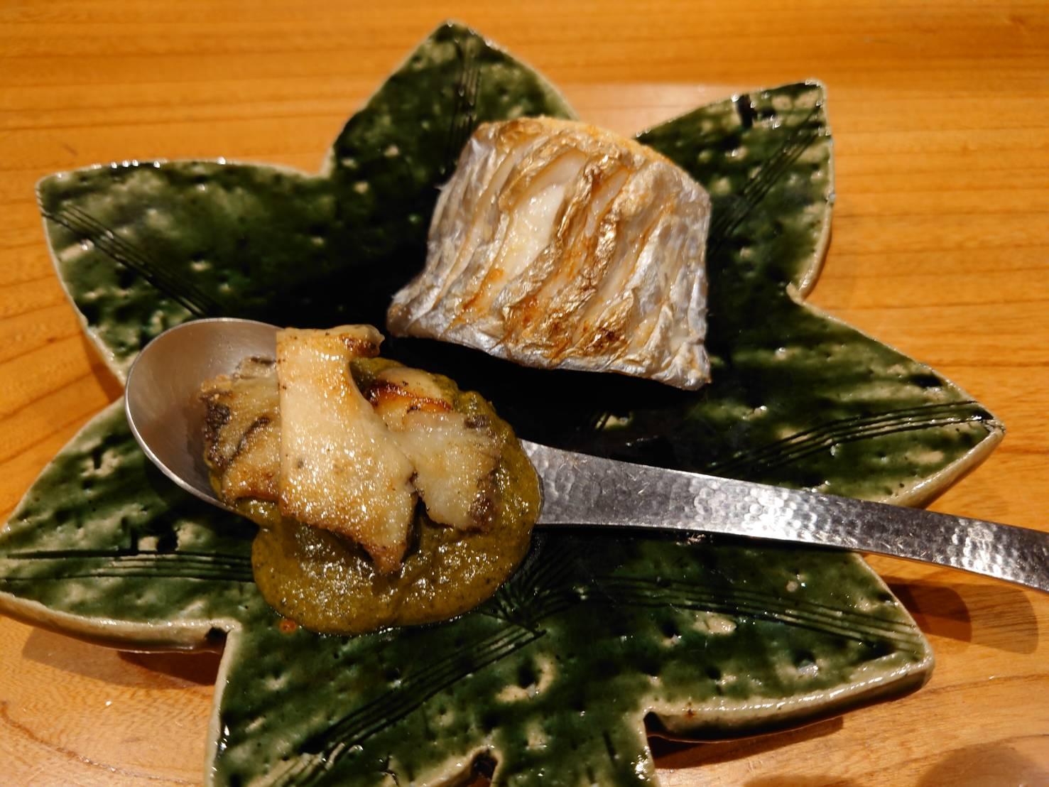 【日本料理みつわ】太刀魚・白皮<p>千葉県竹岡より太刀魚、 愛媛県八幡浜より白皮を入荷いたしました。 ドラゴン太刀魚と呼ばれる極太肉厚の立派な太刀魚は、 焼き物でお召し上がりいただきました。 貴重な白皮(シロアマダイ)は、 程よい脂と甘い身が美味。 昆布〆 […]</p>