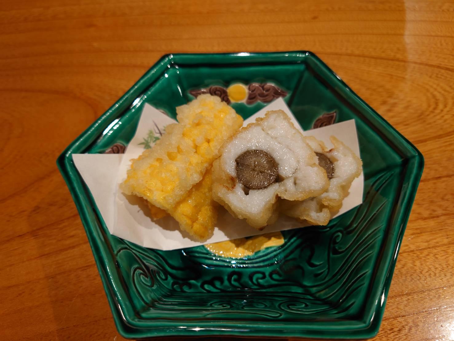 【日本料理みつわ】鱧<p>黄金に輝く熊本県天草の鱧は、 身が柔らかく、澄んだ旨味がこの季節ならでは。 相性の良い牛蒡と共に八幡巻に仕上げました。 同じくこれから旬を迎える、 とうもろこしの天ぷらも香ばしく美味でございます。</p>