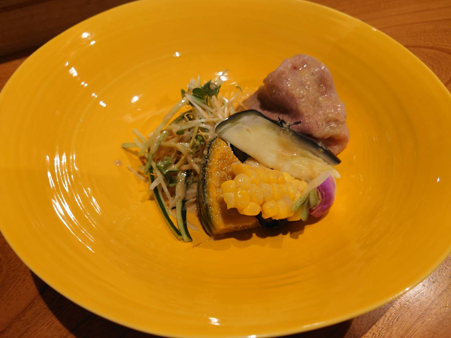 【日本料理みつわ】近江牛<p>日本三大和牛のひとつ、近江牛。 豊かな緑の大地で育ち、 その優れた肉質は格別でございます。 本日は、夏野菜と共に冷しゃぶでご用意いたしました。 KENZO ESTATE rindoとのペアリングもおすすめです。</p>
