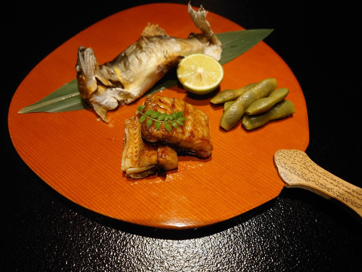 【日本料理みつわ】本日の一皿<p>夏を演出するうちわ皿に、 信濃川の天然鮎、宍道湖の大鰻、 京都伏見の黒枝豆の三品。 信州の清らかな水で育った鮎は、 姿も優美で、程よく脂がのり美味でございます。 貴重な宍道湖産の大鰻は、 香ばしくふっくらと仕上げておりま […]</p>