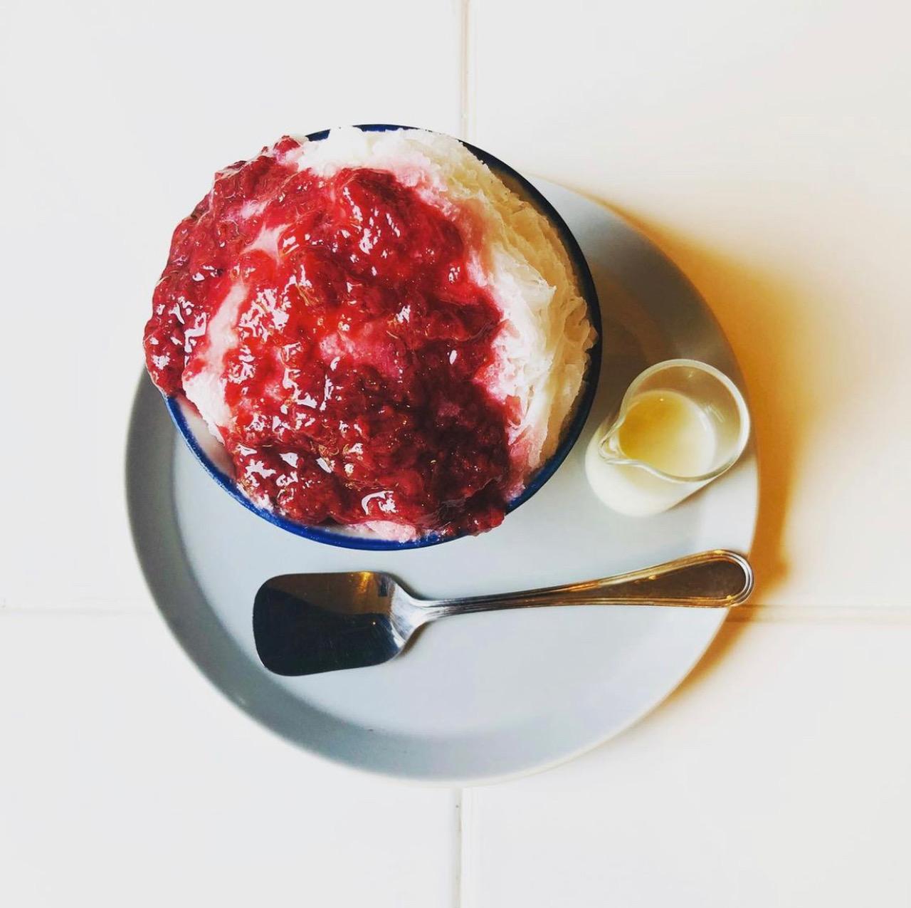 【肉割烹BENNKEI】夏のデザート<p>昨夏、大変ご好評いただきました「かき氷」。 今年もランチコースのデザートに登場いたします。 淡雪のようなふわふわの氷に じっくりと煮詰めた自家製いちごシロップと、 お好みでミルクを加えてお楽しみください。 美味しいお肉で […]</p>