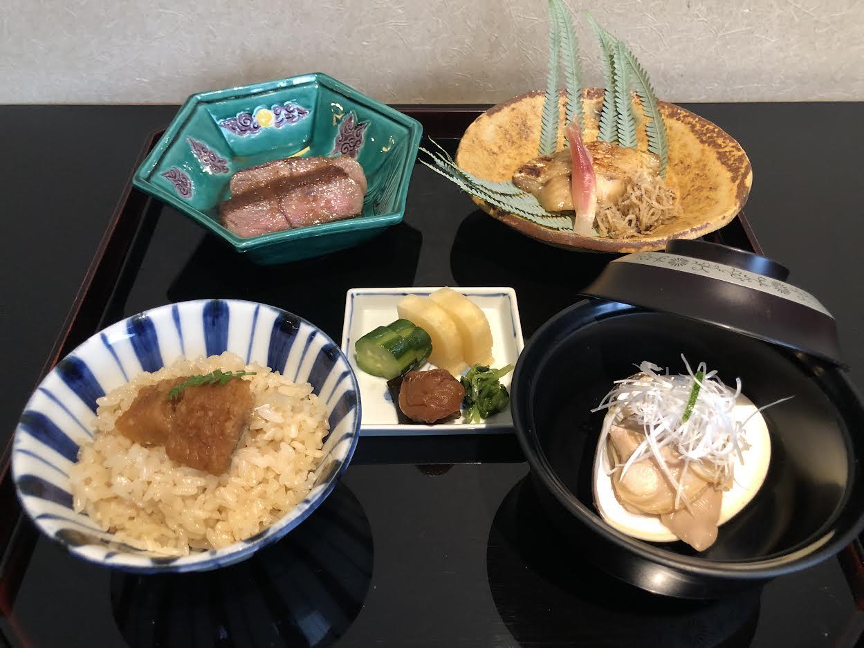 【日本料理みつわ】昼の部〈茜〉<p>旬の食材を多彩に味わえる「茜」コース。 本日の先付は、 真子鰈の南蛮漬けや賀茂茄子田楽、 西京味噌ドレッシングでいただく彩野菜などを 涼やかな器で。 季節のお造りに続き、 メインは、とちぎ和牛匠ヒレステーキをはじめ、 の […]</p>