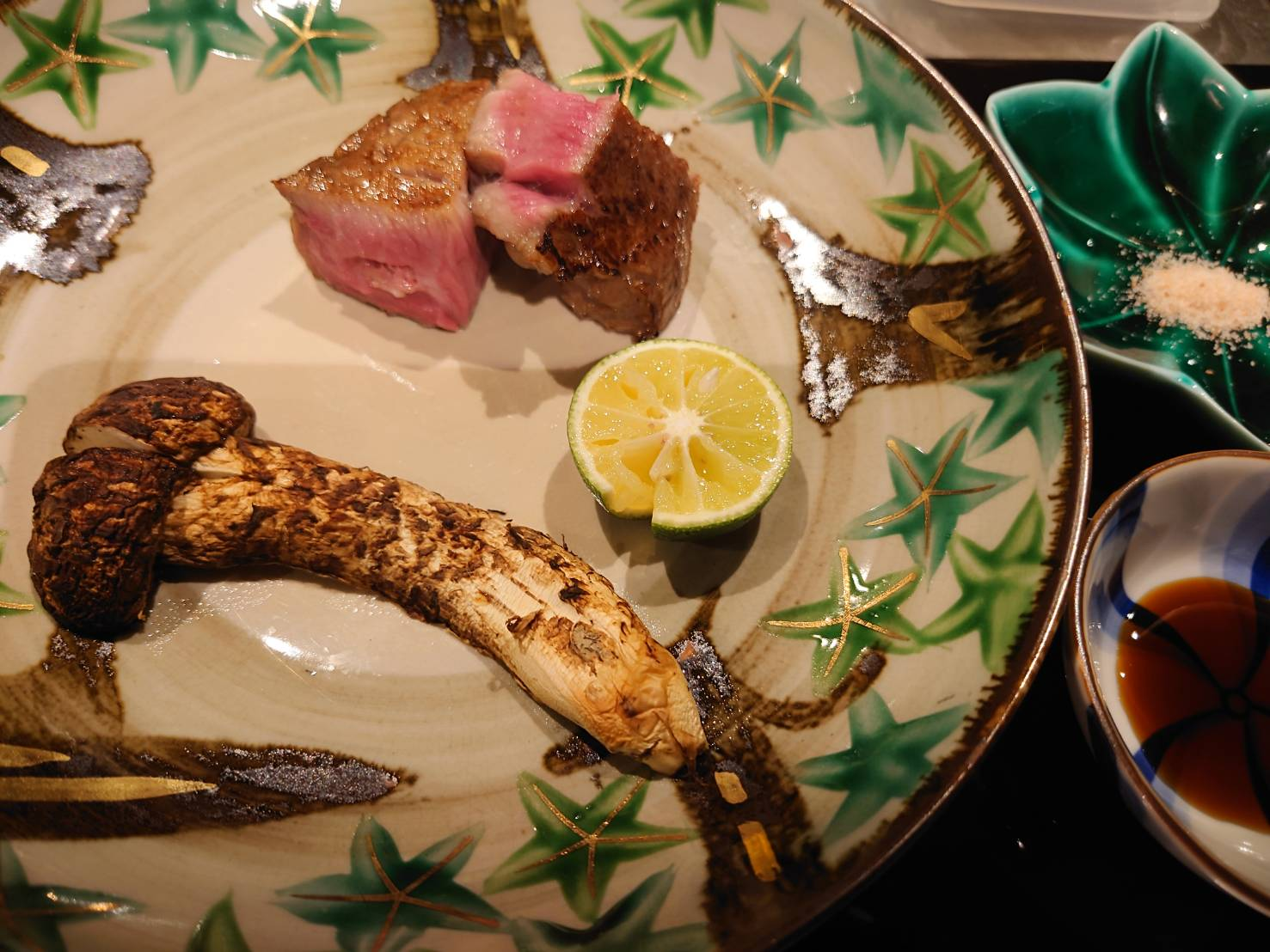 【日本料理みつわ】本日の一皿<p>質感・味・色にこだわり、 最適の熟成を見極めたとちぎ和牛匠ヒレ。 旨味が凝縮され、よりジューシーな 味わいに仕上がりました。 香高い信州の早松茸と共に、 炭火で炙り、 素材の持ち味をシンプルに楽しむ一皿です。</p>