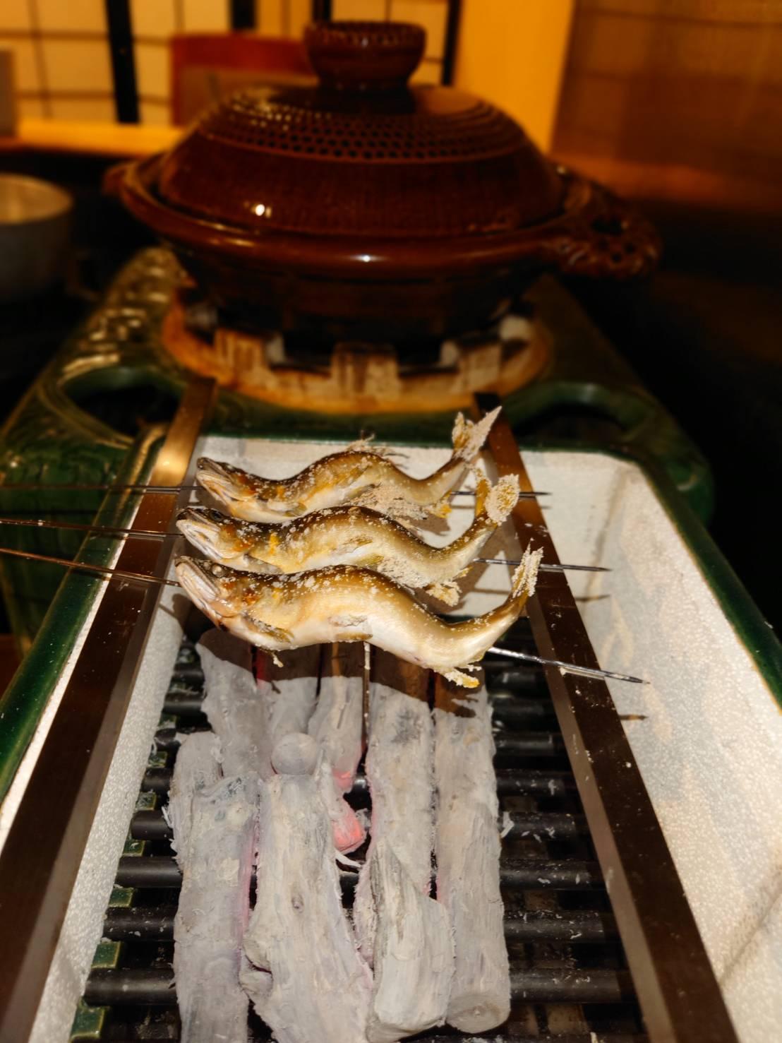 【日本料理みつわ】飛騨の暴れ鮎<p>ミネラルが豊富な飛騨の川で生き生きと育った鮎。 竿が曲がるほど元気に暴れるため、 「暴れ鮎」と名付けられました。 良質の水・土・苔が揃った環境の下、 たっぷりと栄養を吸収した鮎は、 身がしまり程よく脂がのり 味も香りも絶 […]</p>