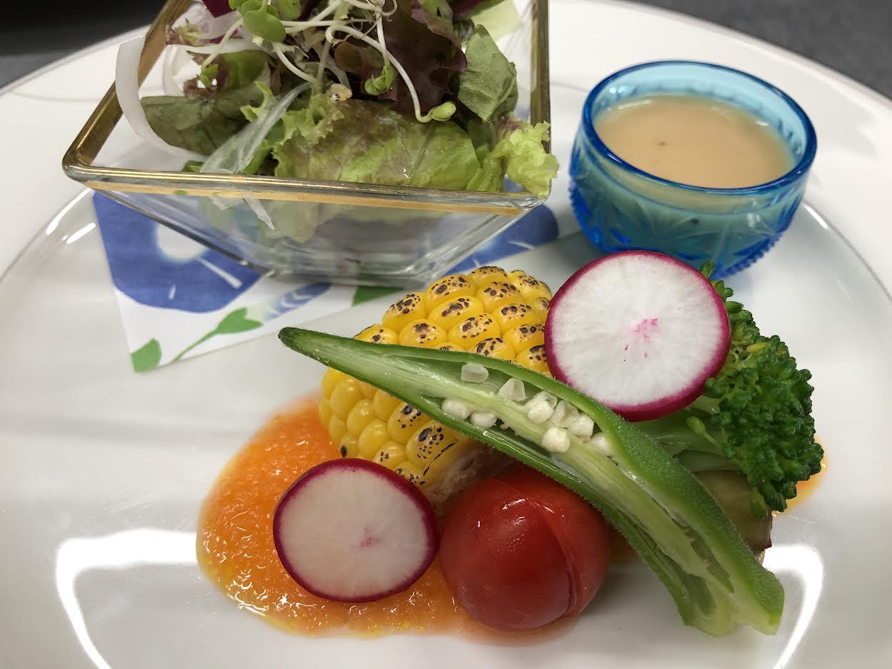 【肉割烹BENNKEI】本日の一皿<p>ランチコースの前菜として、 みずみずしい夏野菜を、 自家製人参ドレッシングで味わう一皿。 栃木県産の新鮮な野菜を、 その日の仕入状況に応じて、 種類や調理法を厳選しご用意しております。 訪れるたびに違う味が楽しめるのも魅 […]</p>