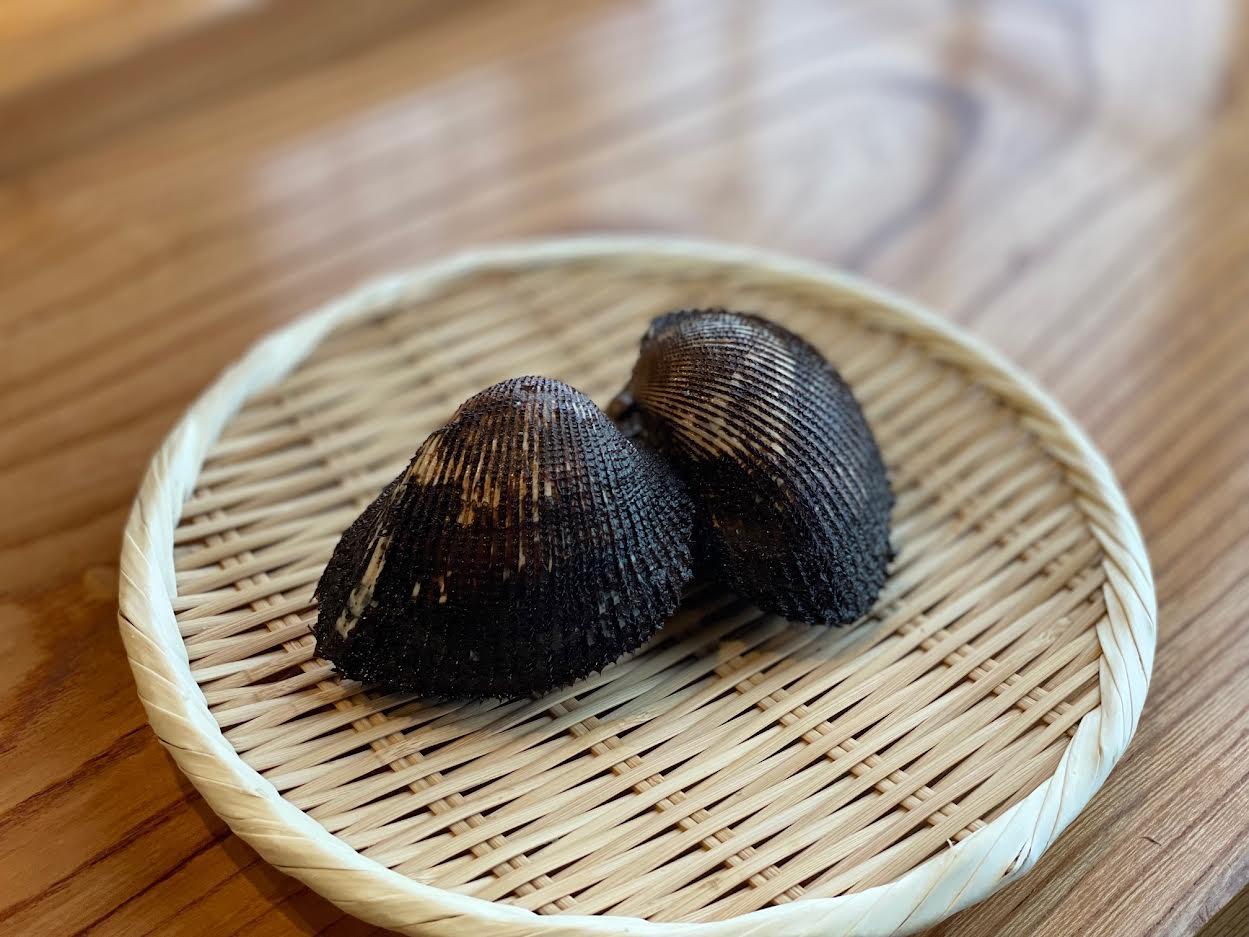 【すし割烹 蘭亭】赤貝<p>宮城・閖上より大粒の赤貝を入荷しております。 透明感のある赤色の身は、 磯の香りとほのかな甘み、 独特の食感が特長。 リクエストされる赤貝ファンもお客様も 少なくありません。</p>