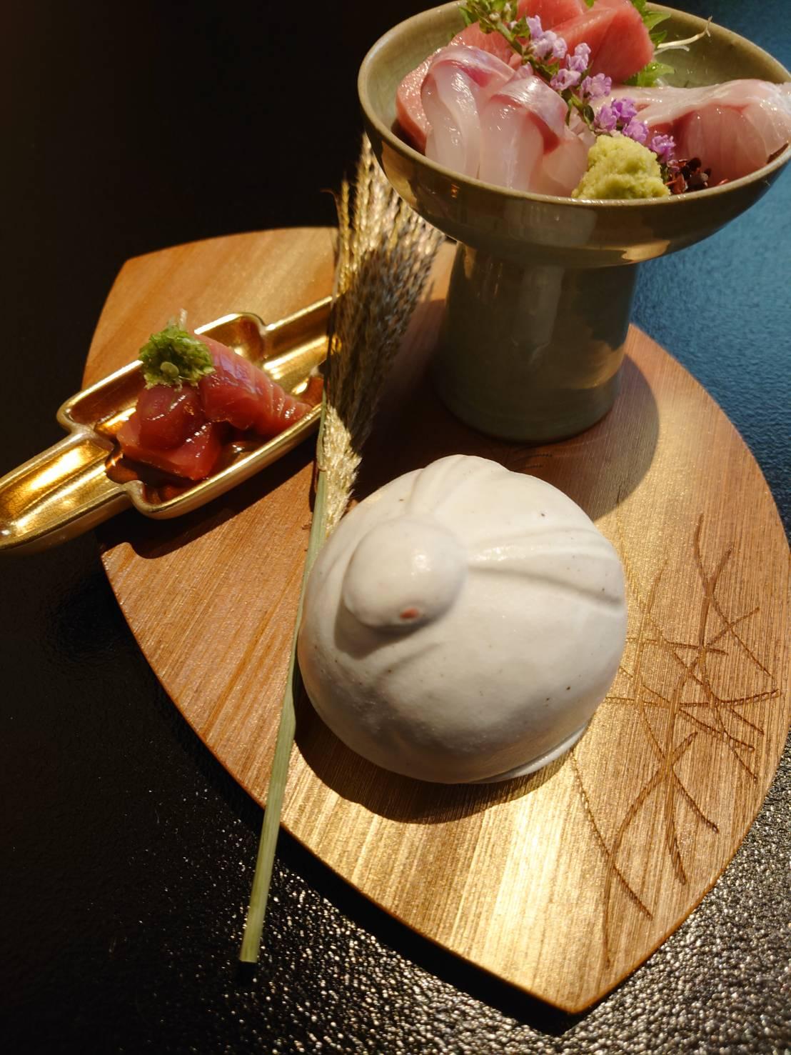 【日本料理みつわ】本日の一皿<p>まもなく十五夜。 今宵のお造りは、 お月様と兎の器でご用意いたしました。 旬の食材と共に、 器や箸置きにも季節感を取り入れ お楽しみいただいております。 台風が去った後には、 きれいな満月が夜空に浮かぶことでしょう。</p>