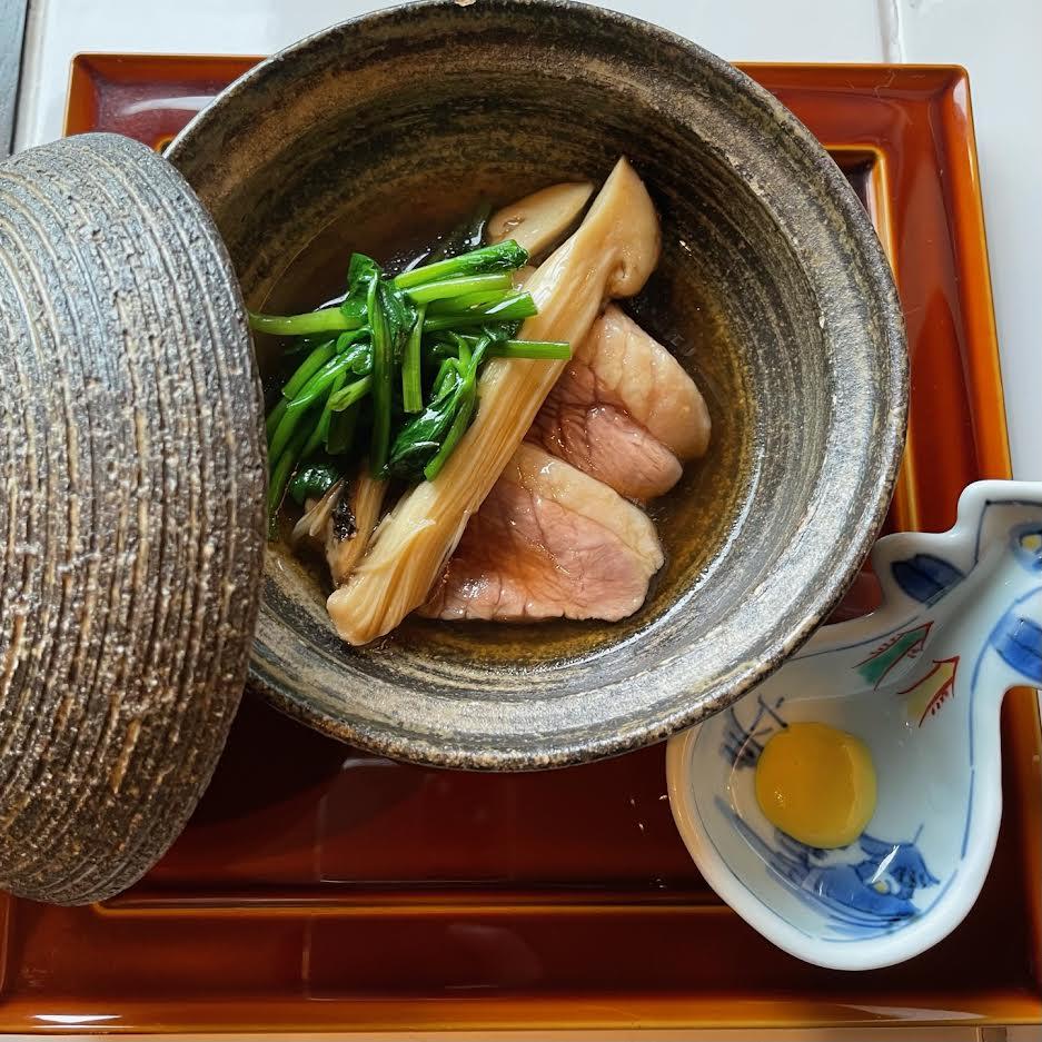 【肉割烹BENNKEI】本日の一皿<p>金沢の代表的な郷土料理である治部煮。 鴨や鶏と青菜などの野菜を煮合わせ、 とろみのある汁でいただく加賀料理です。 こちらをBENNKEI風にアレンジし、 薄く粉を纏った鴨と松茸をじぶじぶ… 蓋を開けた瞬間に香る松茸、 脂 […]</p>